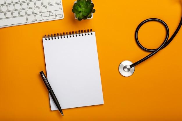 黄色のテーブルに医療機器と医師のワークスペース Premium写真