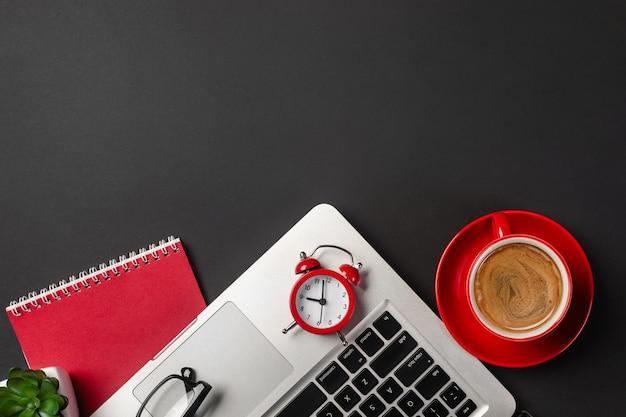 主催者、ペン、メガネ、ノートパソコンと実業家の机の高角度のビュー。 Premium写真
