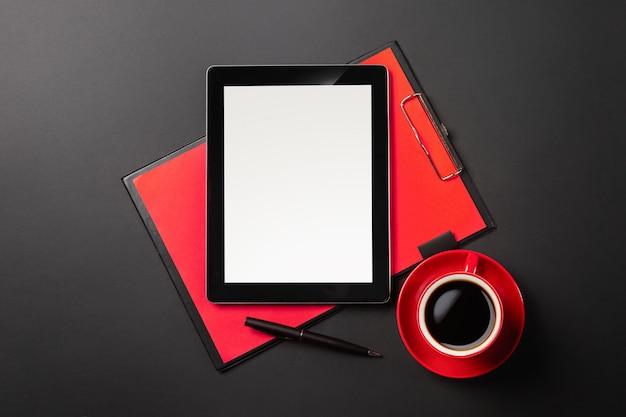 実業家の机とコーヒーカップのタブレットコンピューターガジェット。コピースペース平面図 Premium写真