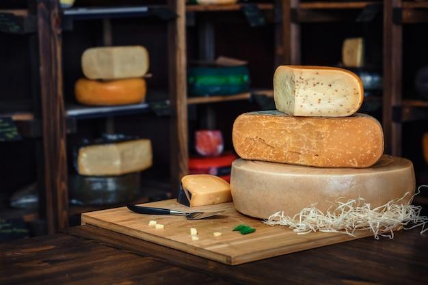 テーブルの上のおいしいチーズ Premium写真