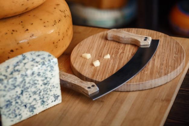 スライスとスライスしたナイフとチーズの盛り合わせ Premium写真