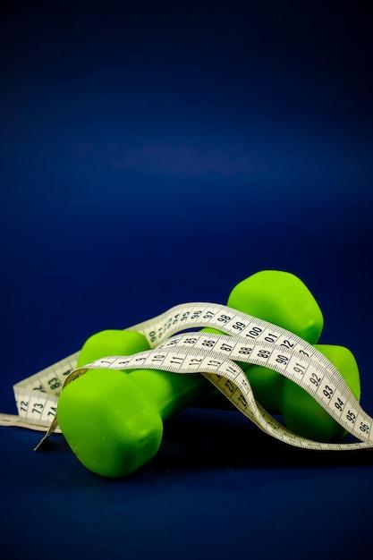 緑のダンベルが重なる Premium写真