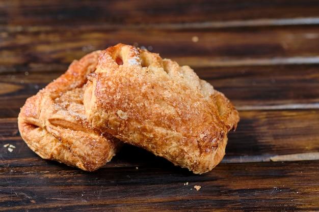 暗い木製のテーブルにベリージャムとパン。素朴なスタイル。閉じる。 Premium写真