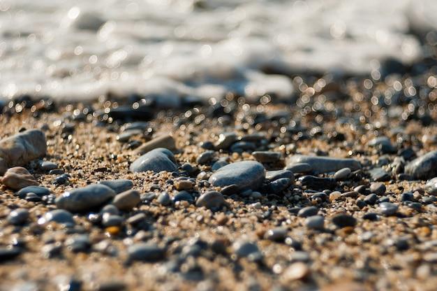 ビーチの太陽の石、放棄された石 Premium写真