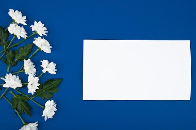 花カード、挨拶、休日のモックアップ。結婚式の日スペース、女性の日 Premium写真