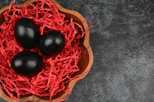 ダークチョコレートの卵。ブラックイースターのコンセプトです。黒い卵。黒人のためのイースター。 Premium写真