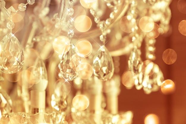 Размытие и расфокусировка хрустальной люстры блестящим блеском Premium Фотографии