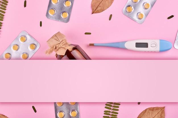 薬の背景 - 薬局。ピンクの背景に薬の丸薬。平置き画像 Premium写真