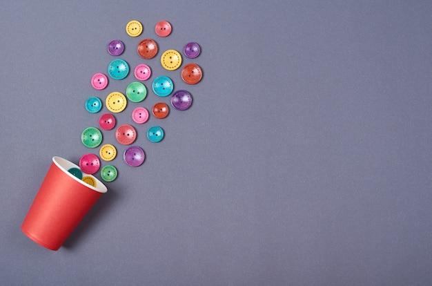 縫製ボタンの構成刺しゅうのコンセプトの背景。平干しと上から見た写真 Premium写真