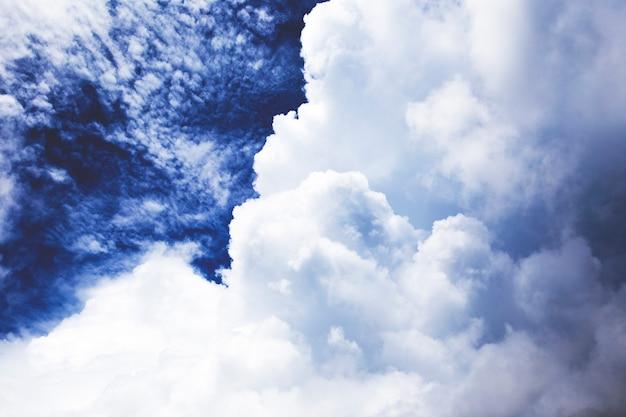 Драматическое небо с дождем Premium Фотографии