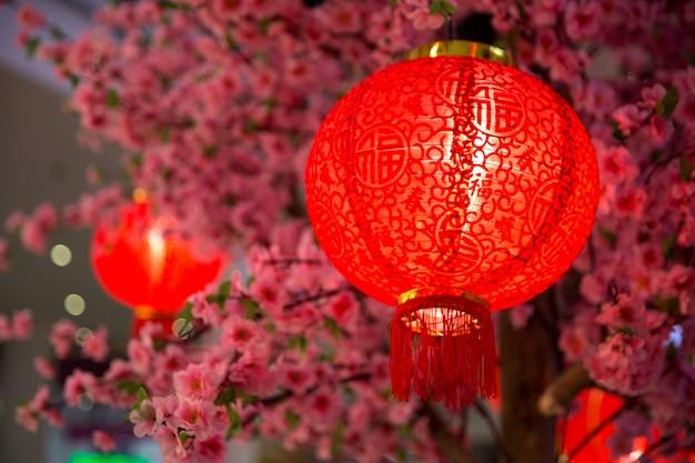 ショッピングモールの中国の旧正月の赤い紙ラテン装飾。 Premium写真