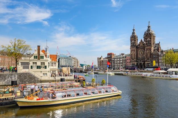アムステルダム中央駅近くの運河ボートでの観光 Premium写真