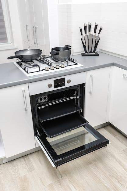 Современная белая кухня Premium Фотографии