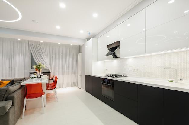 Современная белая кухня и столовая Premium Фотографии