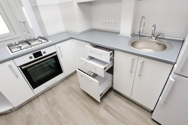 モダンな白いキッチン Premium写真