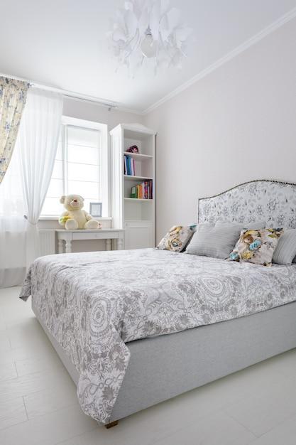 柔らかな明るい色のエレガントなベッドルーム Premium写真