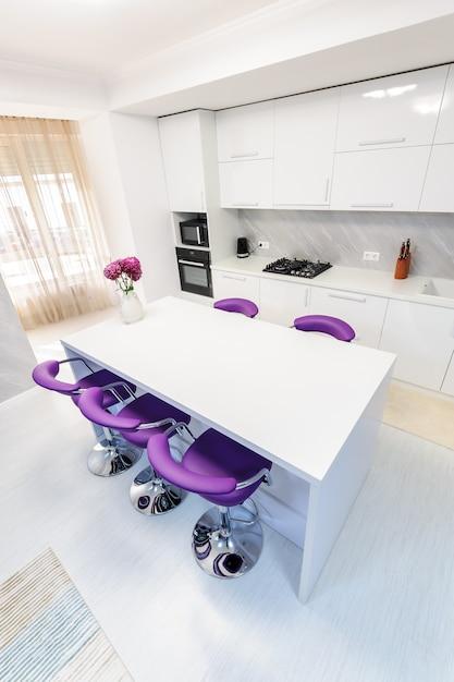 モダンなキッチンの白いダイニングテーブル Premium写真