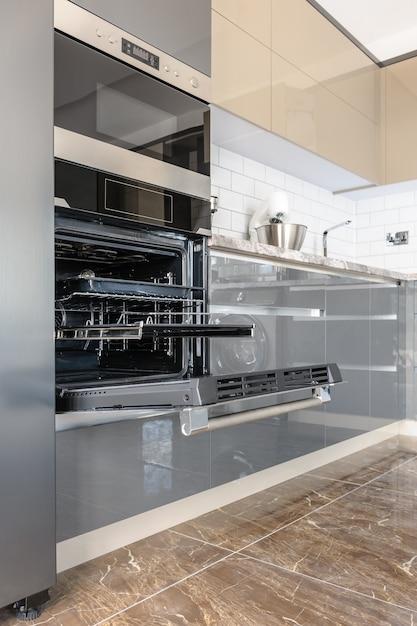 豪華なモダンな白、ベージュ、グレーのキッチンインテリア Premium写真