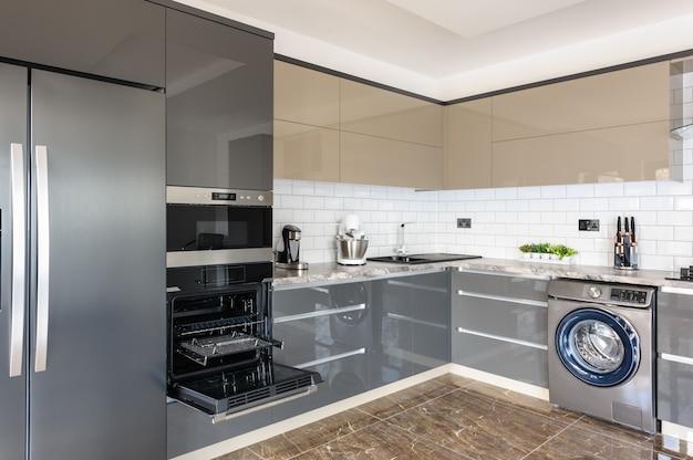 Роскошный современный белый, бежевый и серый интерьер кухни Premium Фотографии