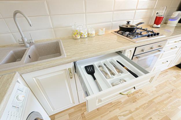 Роскошный современный бежевый и белый интерьер кухни Premium Фотографии