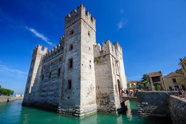 Средневековый замок скалигер в старом городе сирмионе на озере лаго ди гарда, север италии Premium Фотографии