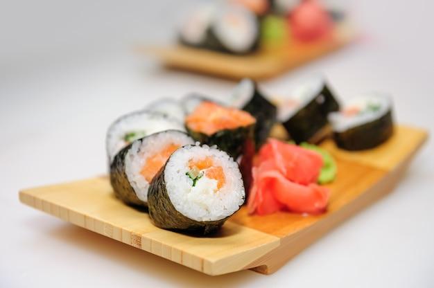 巻き寿司とサーモン巻き Premium写真