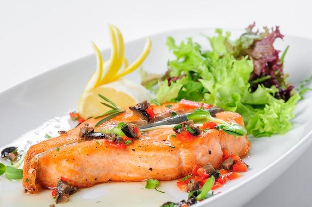 Жареный стейк из лосося Premium Фотографии