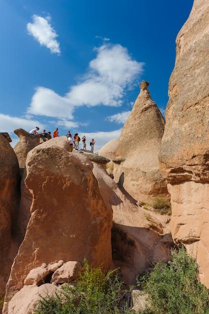 カッパドキア、トルコの岩の観光客 Premium写真