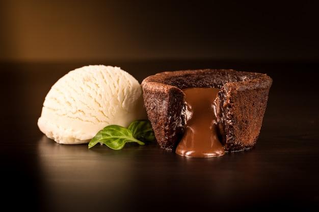 バニラアイスクリームとチョコレートのブラウニー Premium写真