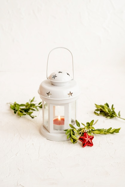 Рождественский декоративный белый фонарь на светлом фоне Premium Фотографии