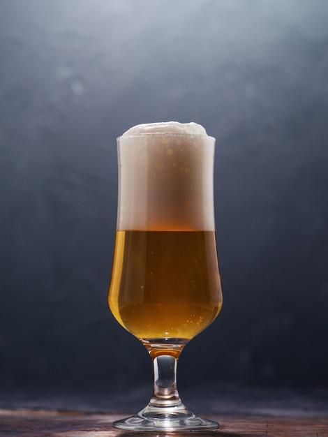Стакан пива лагер на темном фоне Premium Фотографии