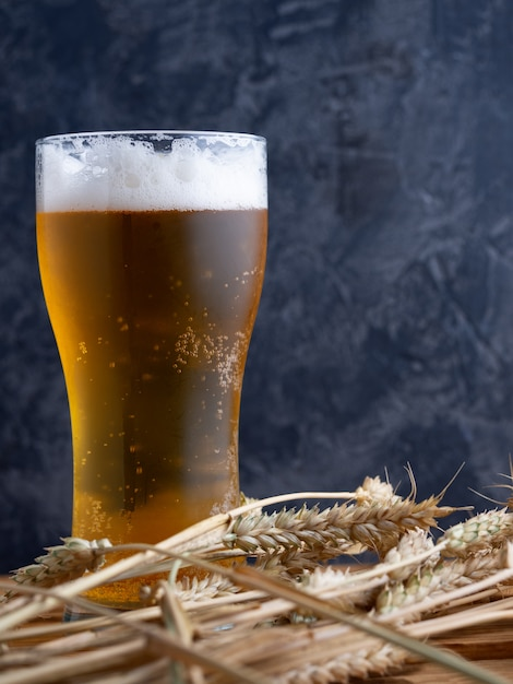 暗い壁にビールのグラス Premium写真