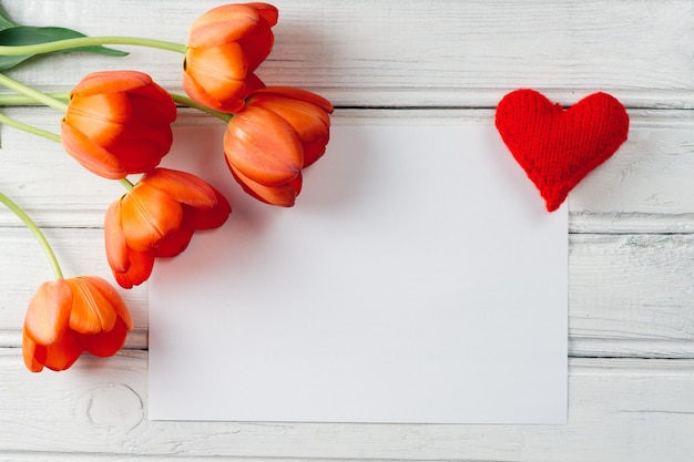 赤い花のチューリップと中央の碑文の場所。国際女性の日 Premium写真