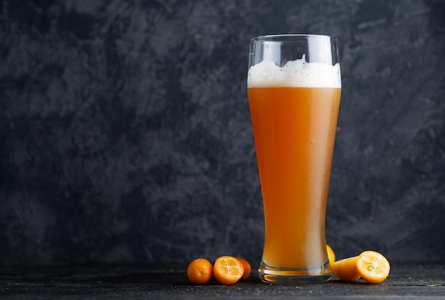 クラフトビールはキンカン柑橘類の酸味のある淡いエールです Premium写真