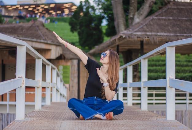 美しい女性は、チョウイフォンティープランテーションの美しさと雰囲気を賞賛します Premium写真