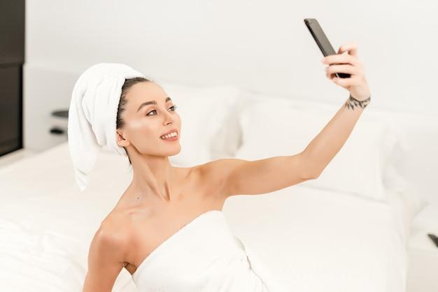 Секс видео камера парень дрочит под душем тайно от всех том смысле