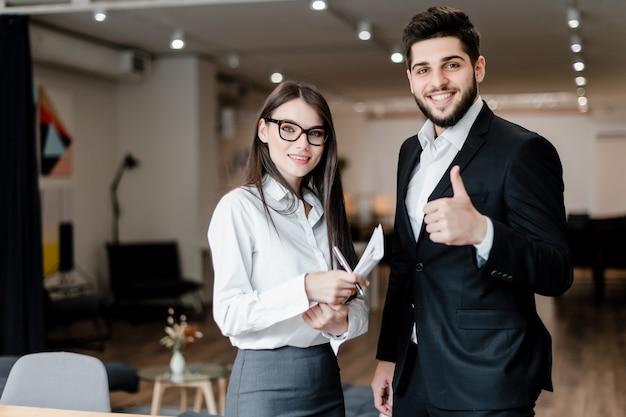 ビジネスパートナーの男性と女性は、オフィスで働く Premium写真