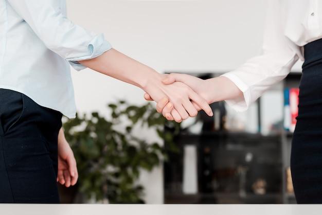 女性は一緒に手を振ってオフィスで働く Premium写真
