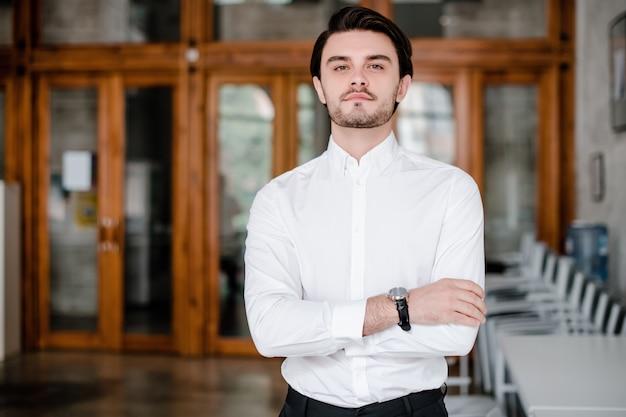 オフィスで白いシャツのスマートな男 Premium写真