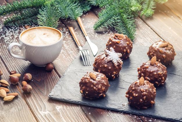 Домашнее рождество или новый год праздник шоколадные пирожные с орехами на деревянных фоне. праздничные десерты Premium Фотографии