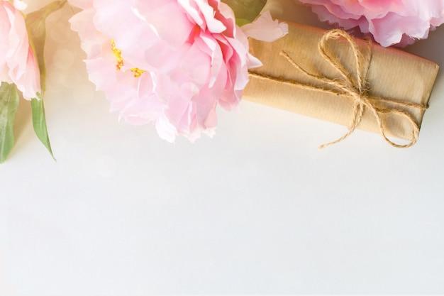 クラフト紙で包まれた花とギフトボックスの花束 Premium写真