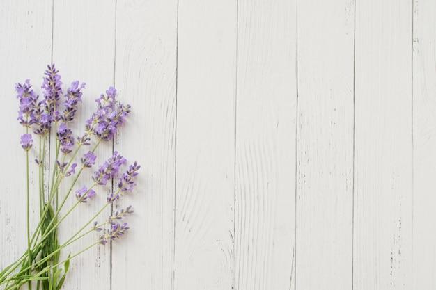 白い木のラベンダーの組成物。紫色の夏の花。 Premium写真