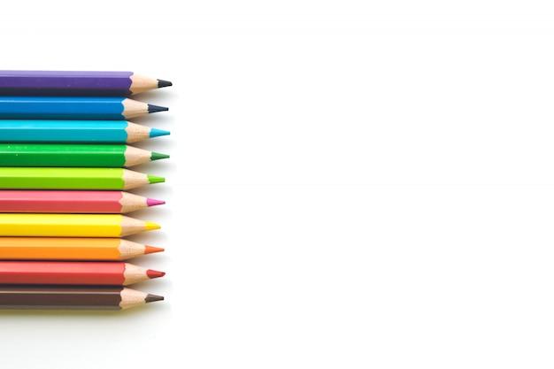 ホワイトペーパーの背景、コピースペースに色鉛筆の行。学校に戻る事務用品。 Premium写真