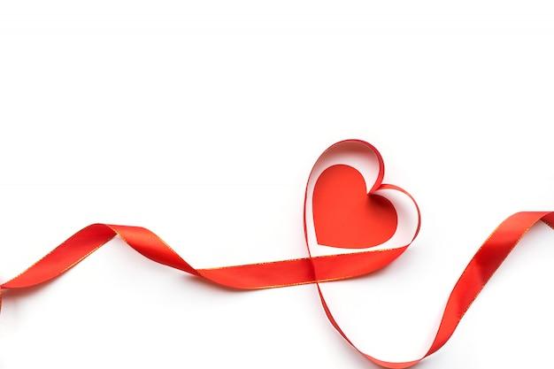 Взгляд сверху ленты сформировало как сердце изолированное на белой предпосылке. день святого валентина Premium Фотографии