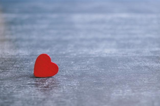 День святого валентина карты с красным сердцем на фоне темных деревянных, сообщение о любви. концепция любви романтический. Premium Фотографии