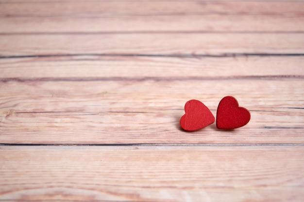 Валентинка с красными сердцами на деревянном фоне, любовное сообщение. концепция любви романтический. Premium Фотографии