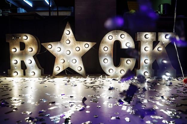 金属の石の碑文とパーティーで鉄の星。 Premium写真