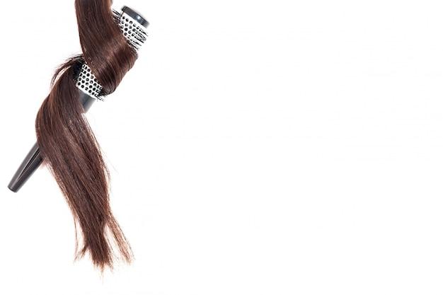 白い背景の上のビューで分離された黒髪の櫛 Premium写真