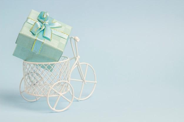 おもちゃの自転車には贈り物があります。 Premium写真