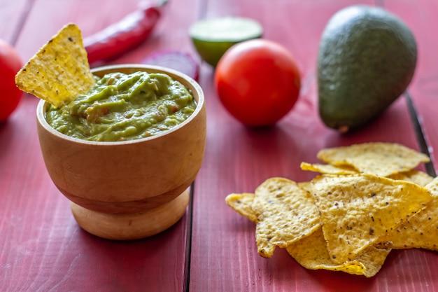 ワカモレとチップナチョス。メキシコ料理。 Premium写真